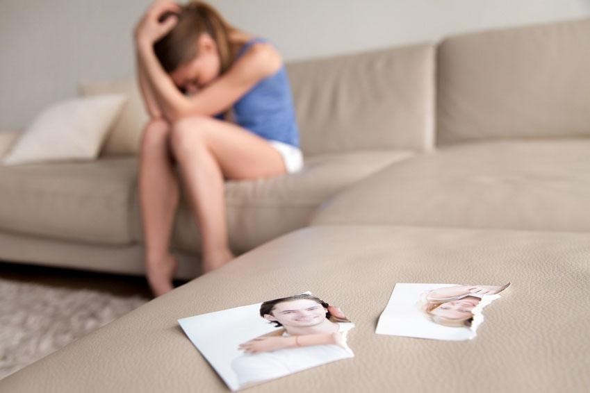 Nicht selten führt die Verlustangst genau zu dem, was die Betroffenen unter allen Umständen vermeiden möchten: Eine Trennung von ihrem Partner.